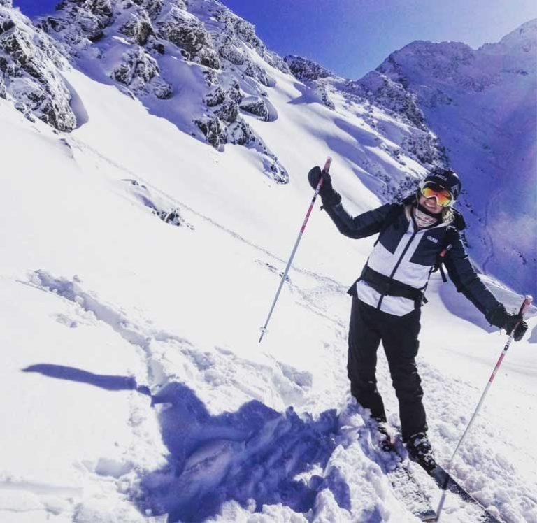 femme sur ses skis, qui sourit