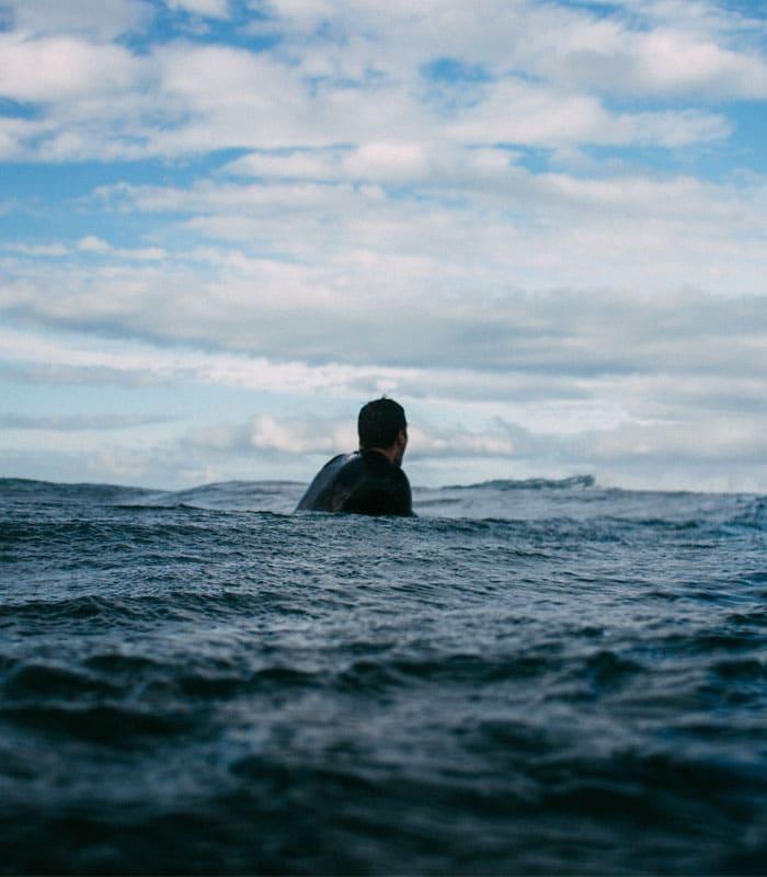 homme qui surf dans l'eau