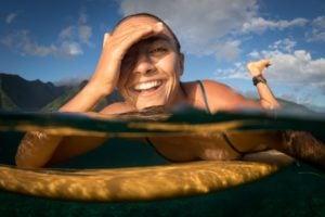 Photo de Léa Brassy dans l'eau sur sa planche