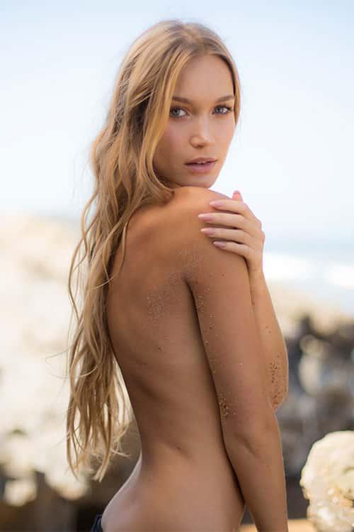 femme blonde sur le sable