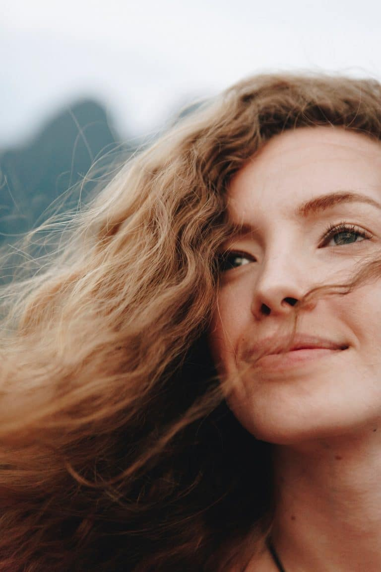 Femme avec les cheveux au vent