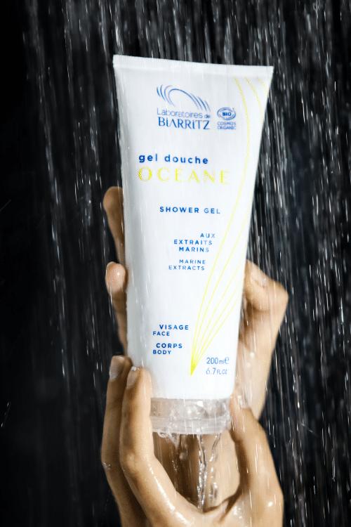 gel douche bio dans les mains d'une femme