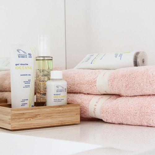 produit cosmétiques bio dans une salle de bain