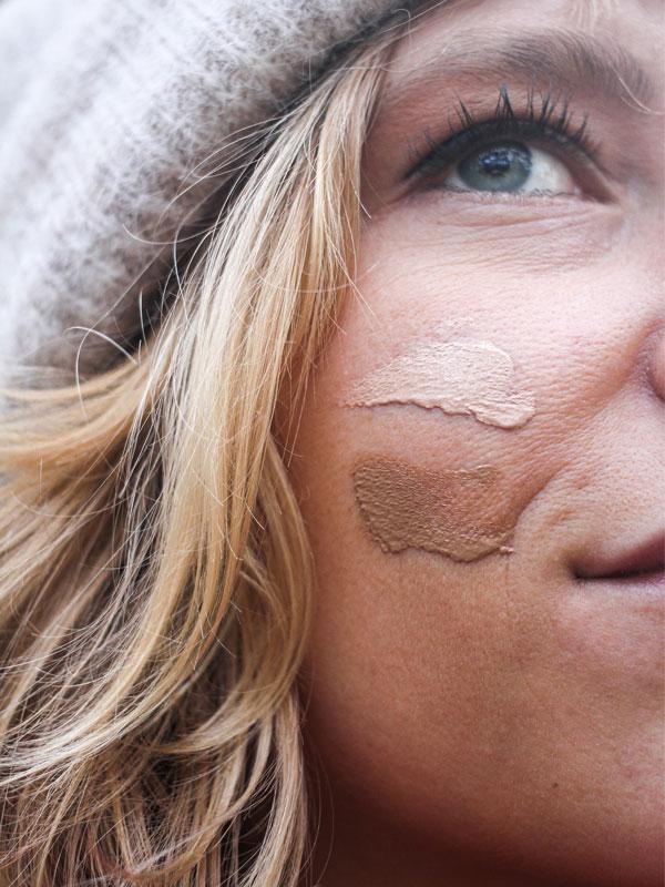 visage d'une femme qui porte de la crème teintée