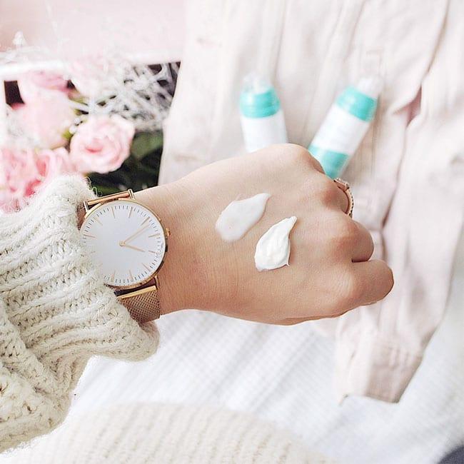 crème sur les mains d'une femme