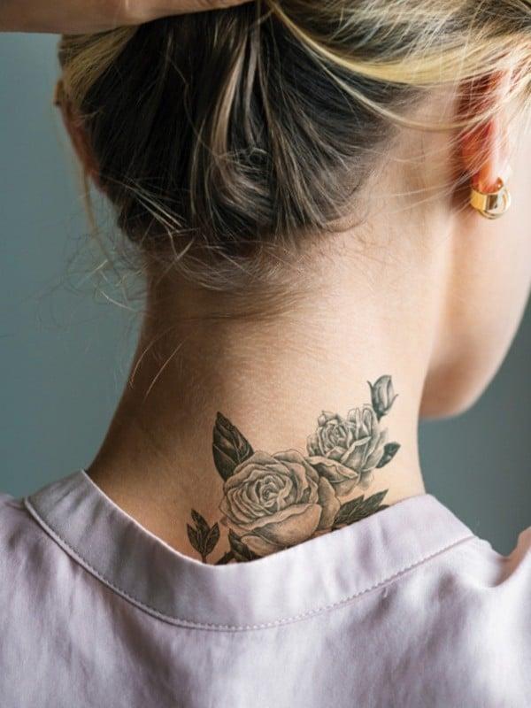 Tatouage cou jeune femme