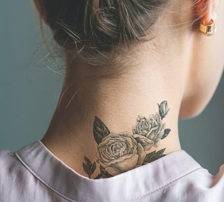 Tattoo am Hals einer Frau